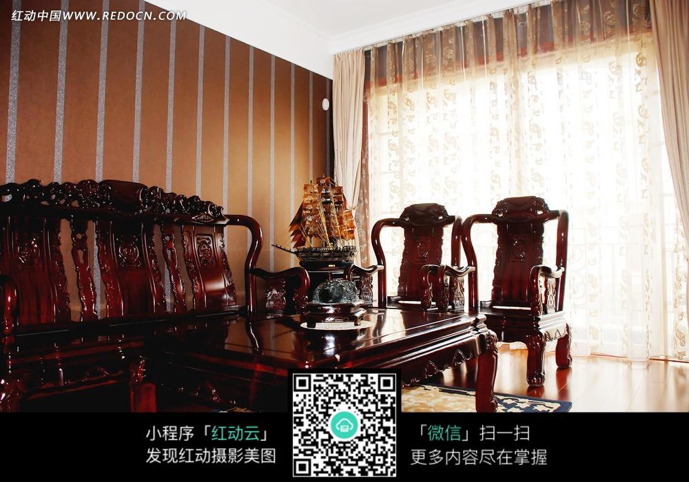 客厅内的红木家具和茶几