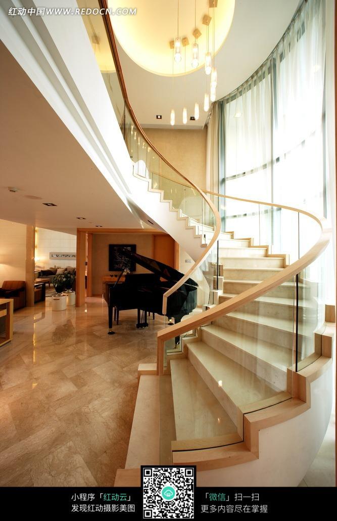 豪华复式住宅宽敞的旋转楼梯图片