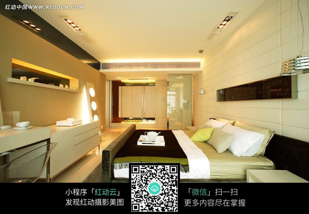 豪华卧室 家具 大床 白色柜子 室内设计 家装设计 装饰效果图 装饰