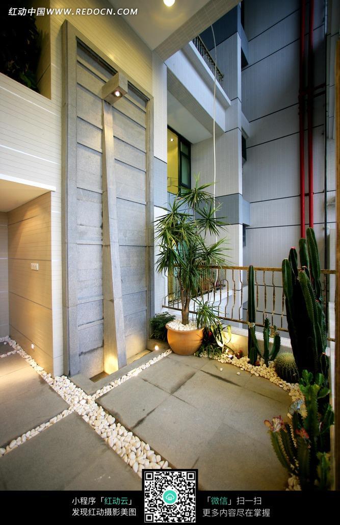 免费素材 图片素材 环境居住 室内设计 阳台上鹅卵石和绿色植物图片