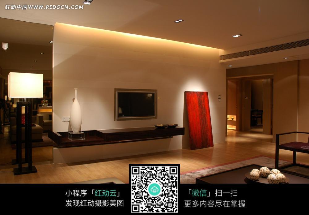 客厅内的红色木板电视和明亮落地灯图片