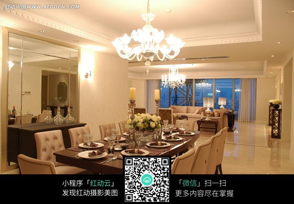 晚厅  餐桌  餐椅  吊灯 镜子 鲜花  盘子  窗子  高角杯 室内设计