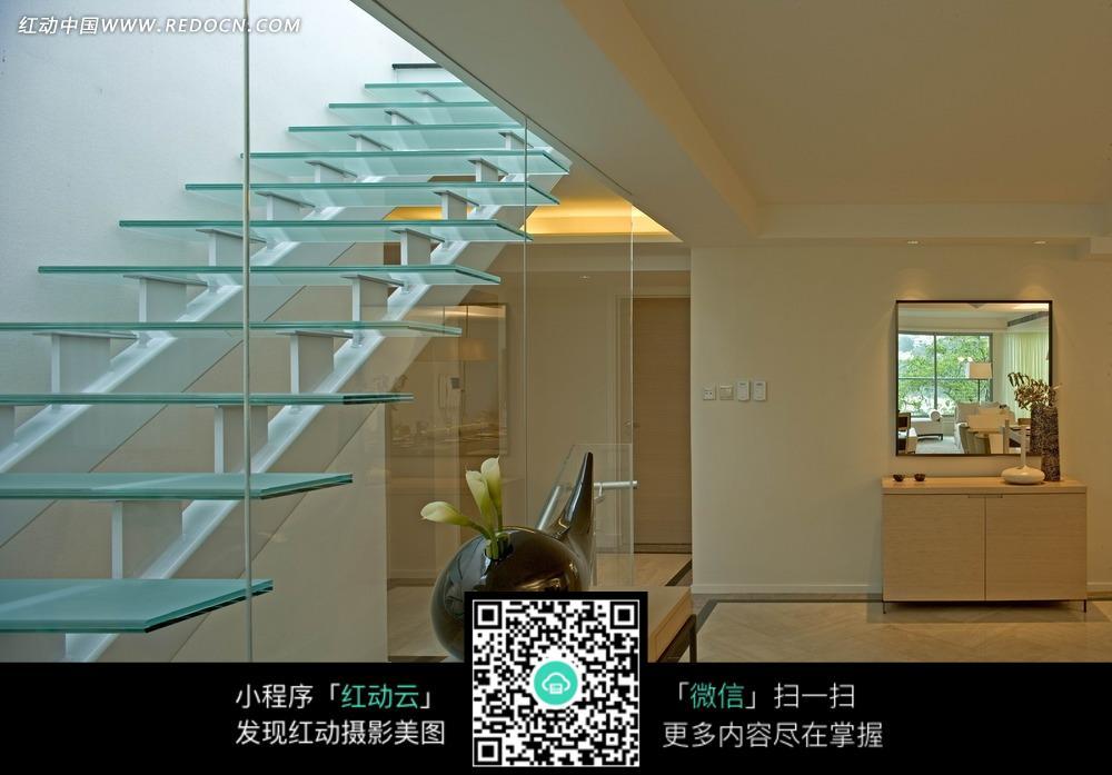 玻璃楼梯和室内装饰摆件