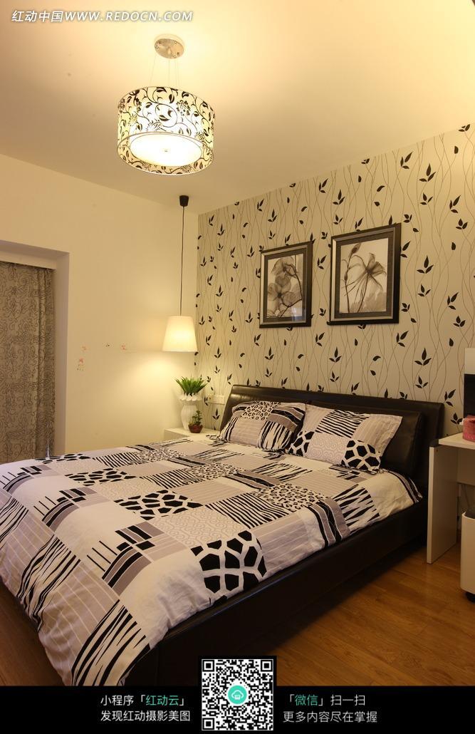 卧室黑白图案大床和屋顶圆形顶灯图片