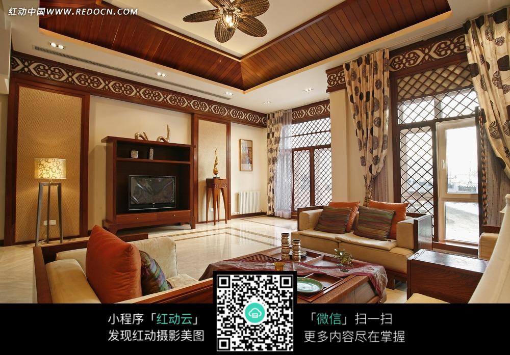 中式客厅内的木质沙发和茶几图片_室内设计图片