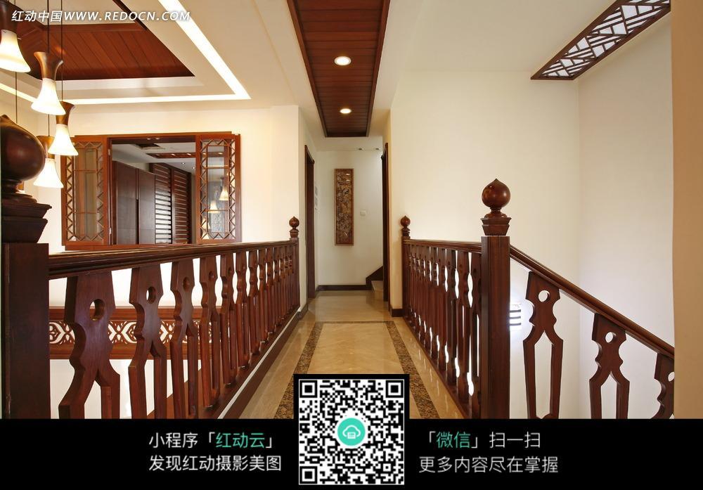 精美木质扶手的走廊图片