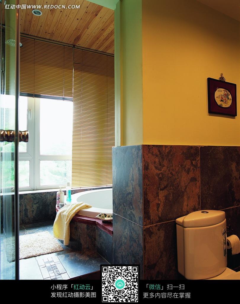 洗手间内的马桶和浴盆图片