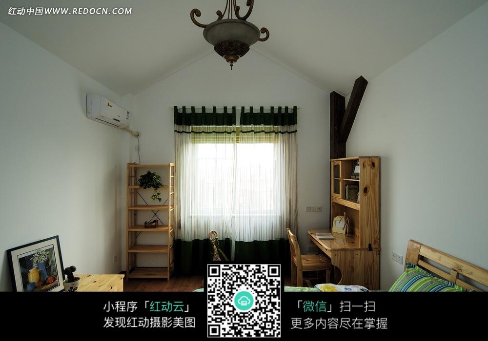 白色窗帘        木质书桌