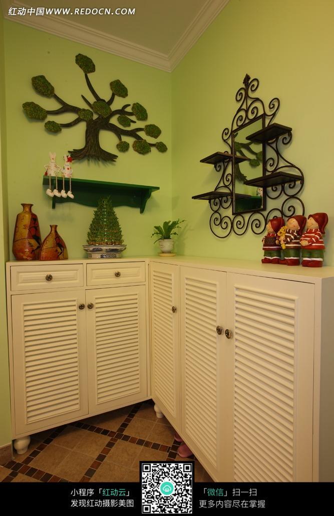 免费素材 图片素材 环境居住 室内设计 绿色墙壁上的铁艺架子和柜子上