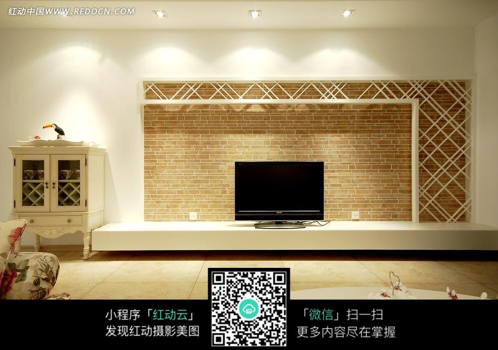 红砖电视墙前柜子上的电视图片