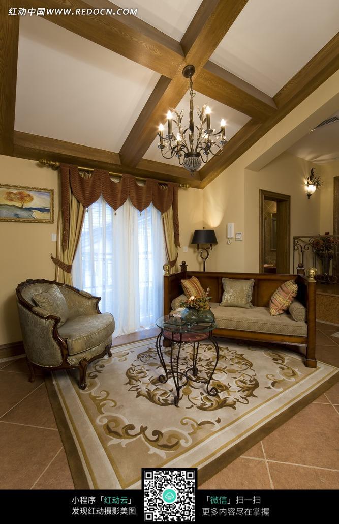 水晶吊灯下精美花纹客厅内的欧式沙发图片
