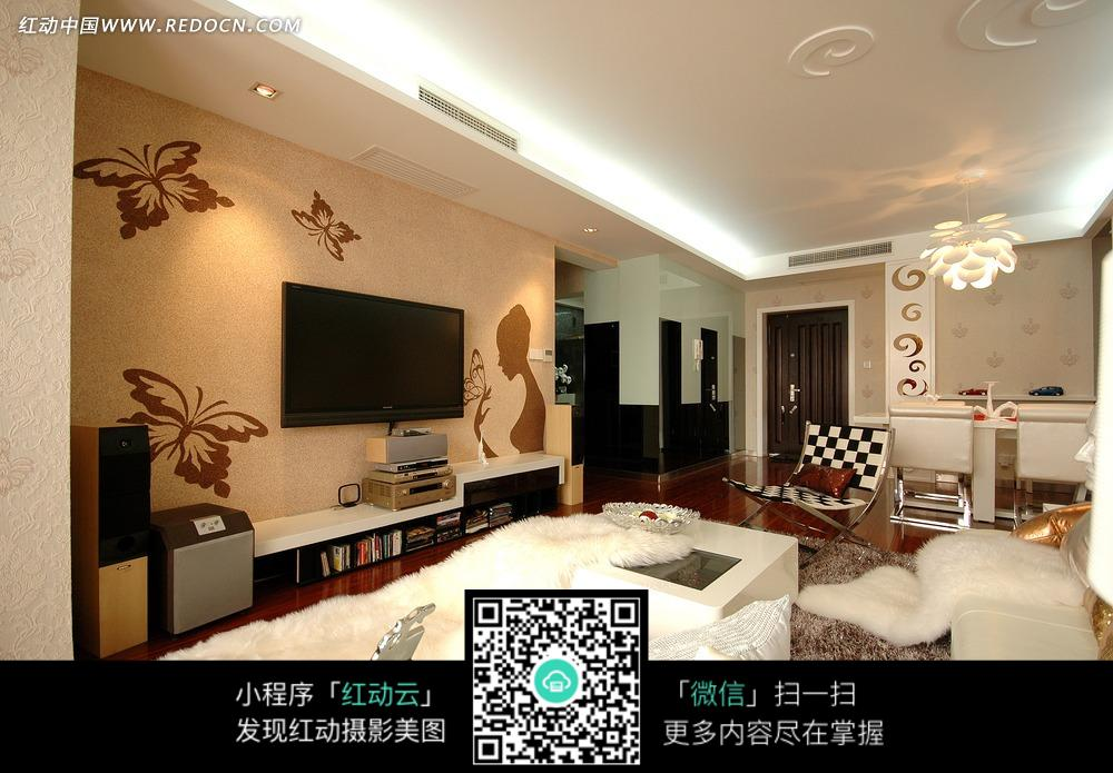客厅手绘电视墙和沙发上的白色皮草