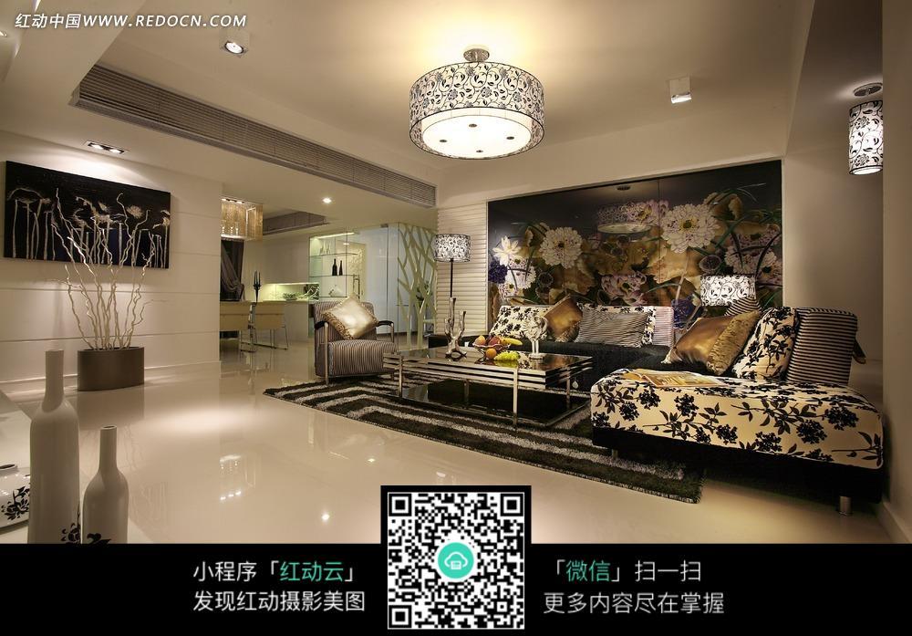 手绘墙客厅内的豪华沙发和屋顶的圆形顶灯图片_室内