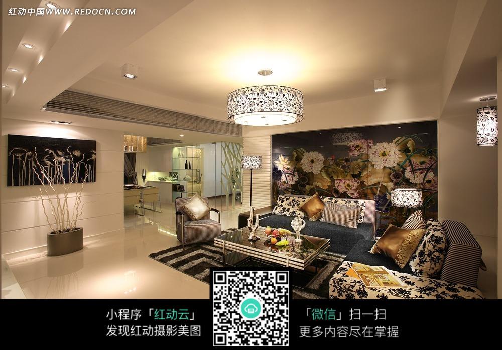 客厅内的的手绘墙和印花沙发图片