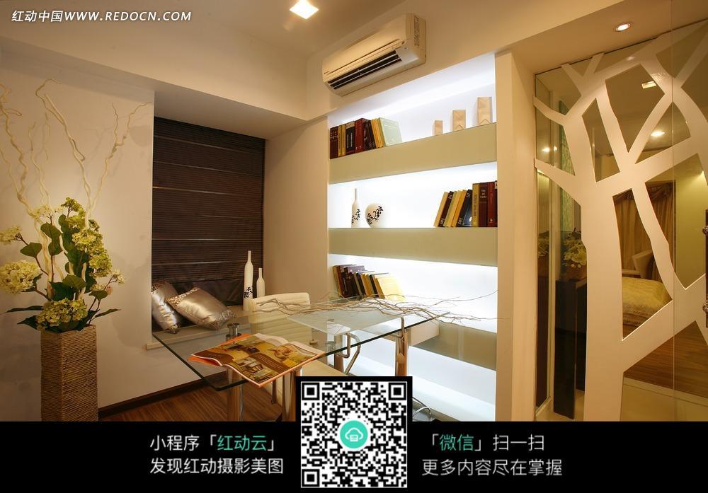 书房内的玻璃书桌白色书架和黄色花朵图片_室内设计图片