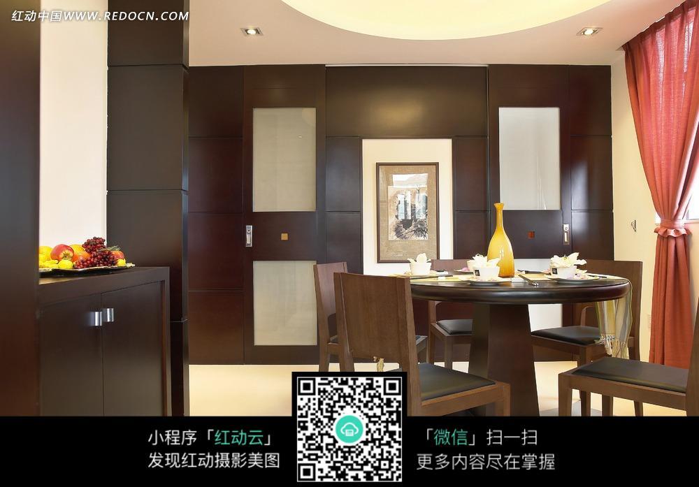 棕色木质装饰书房内的装饰画和木质餐桌椅图片