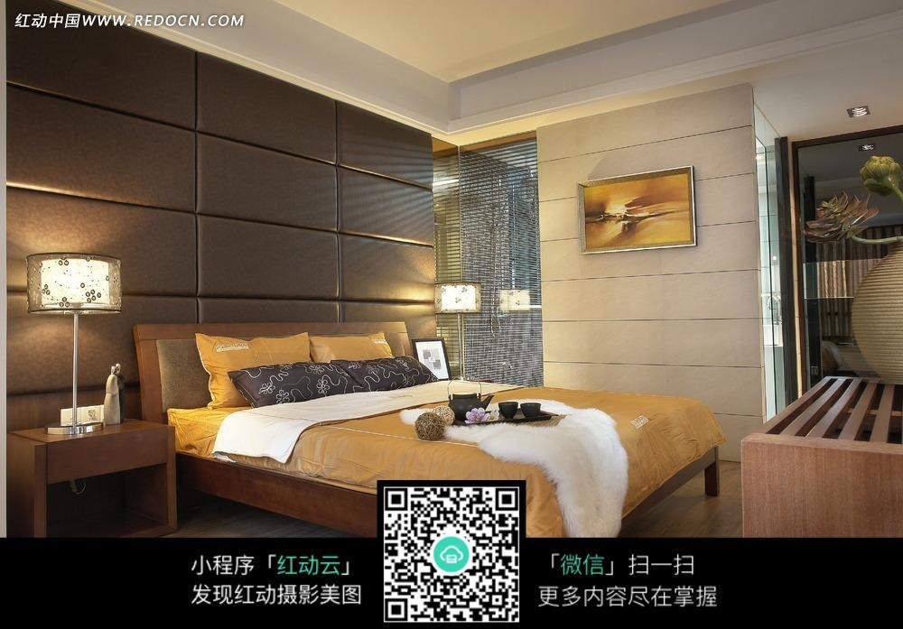 卧室内的金色大床和墙壁上的金色装饰画图片