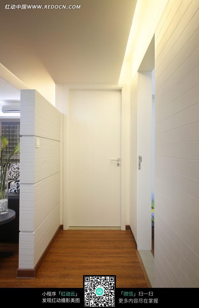 木地板走廊尽头的白色房门