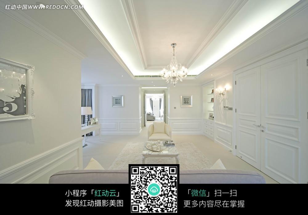 客厅里的白色柜子和沙发茶几图片