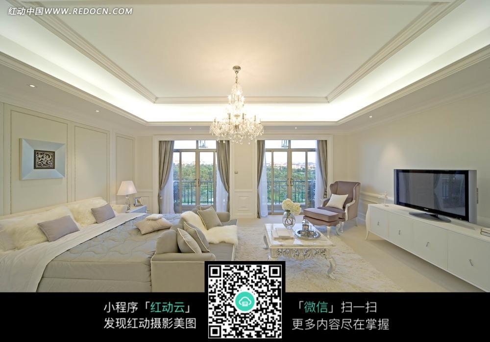 电视   吊灯 双人床  窗子  窗帘  沙发  茶几 鲜花 地毯  室内设计