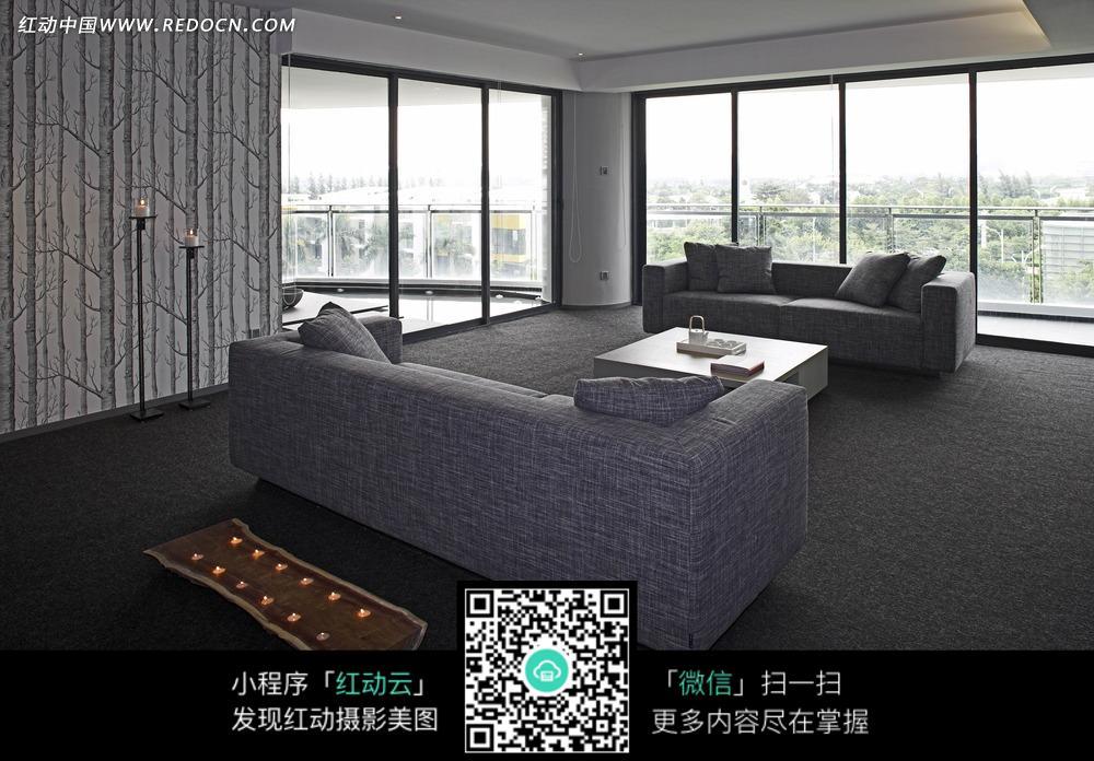 免费素材 图片素材 环境居住 室内设计 客厅里的灰色沙发茶几和落地窗
