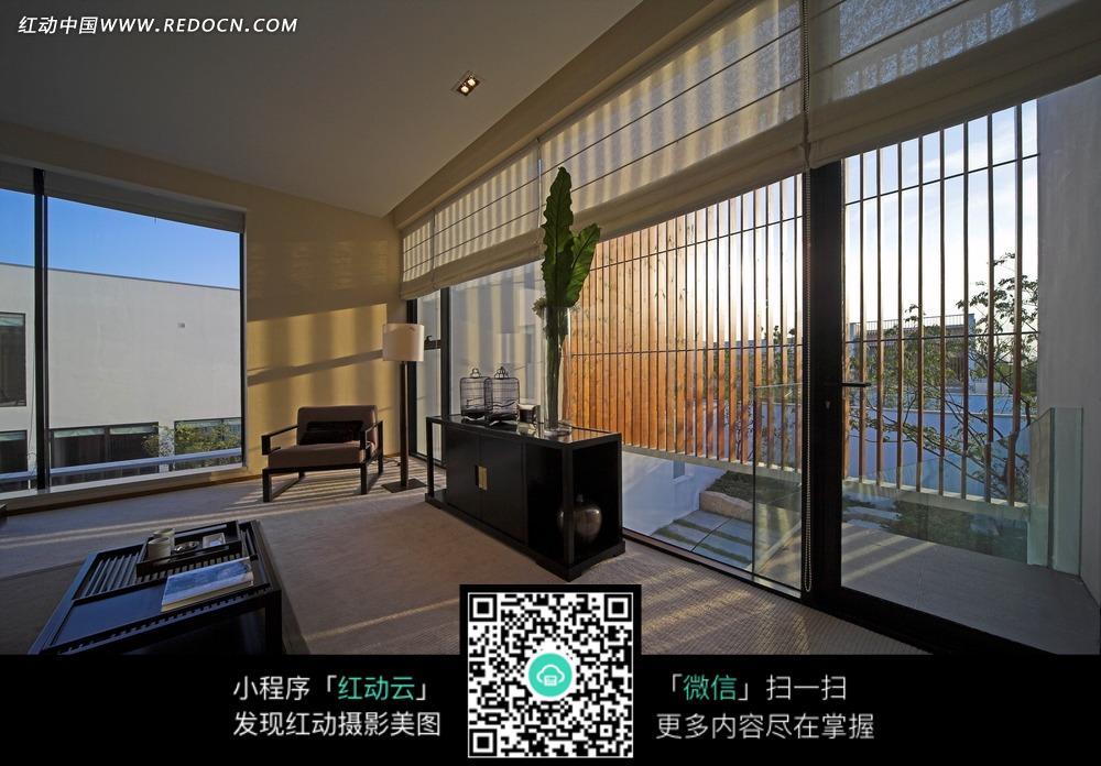 窗外的风景和房间内的桌子沙发图片_室内设计图片