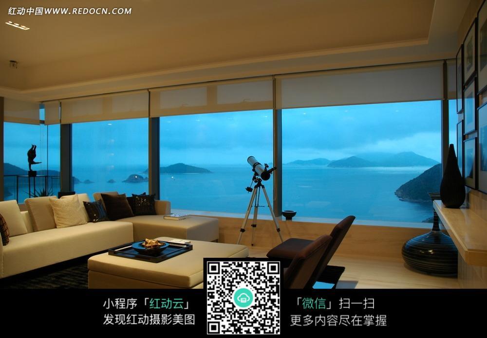 客厅里的米色沙发茶和玻璃窗图片_室内设计图片