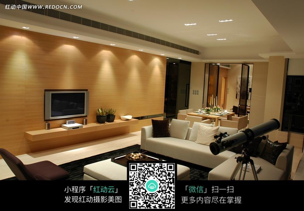 客厅内的黑白沙发望远镜和木质装饰风格的电视墙