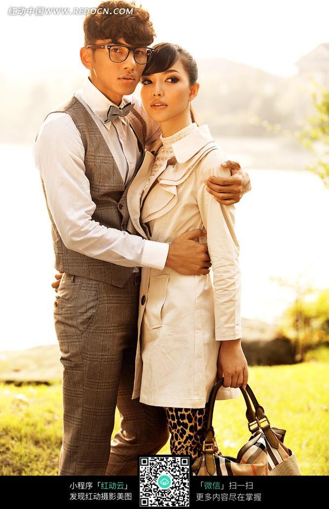 草地上抱在一起的男女情侣图片