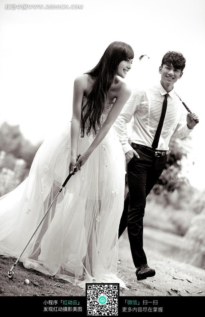 穿着婚纱的美女打高尔夫球