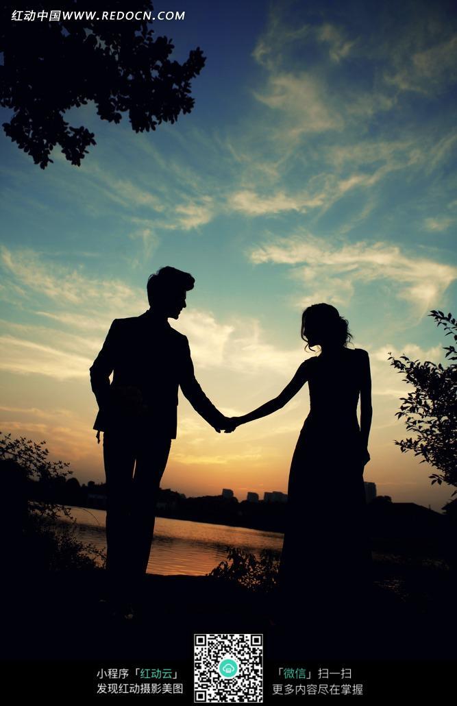 老人沙滩牵手唯美图_老人的 牵手 图片 唯美 夕阳下 老人牵手 夕阳西下老