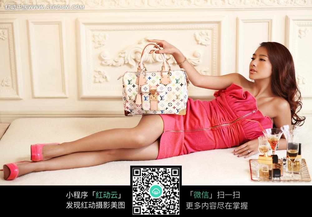 免费素材 图片素材 人物图片 新人情侣 躺着的粉衣服美女拿着白色手提