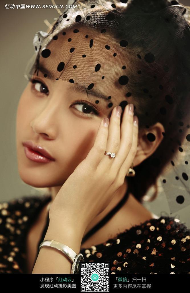 带着首饰和黑纱的美女图片