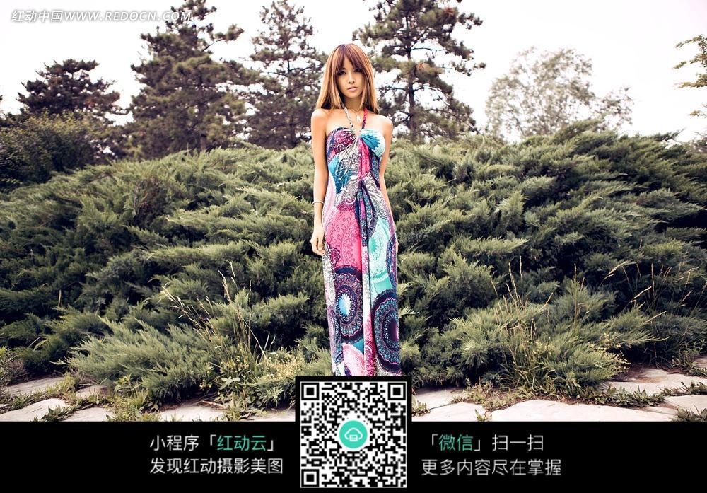 绿色山坡前穿着彩色长裙的美女图片 新人情侣