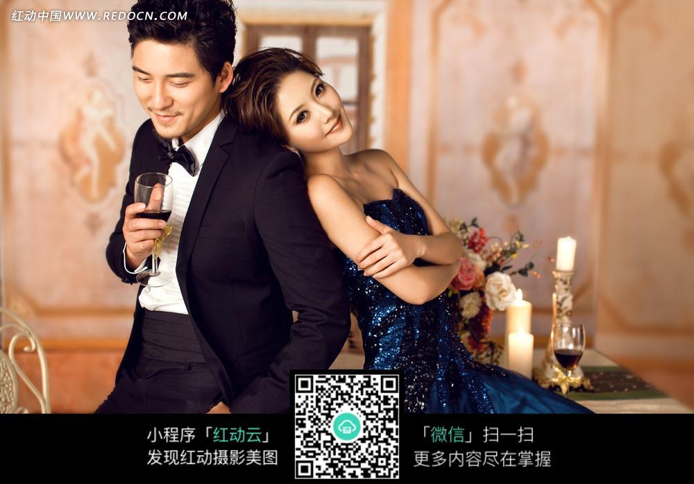 蓝衣美女靠在拿着酒杯的男士身上图片 人物图
