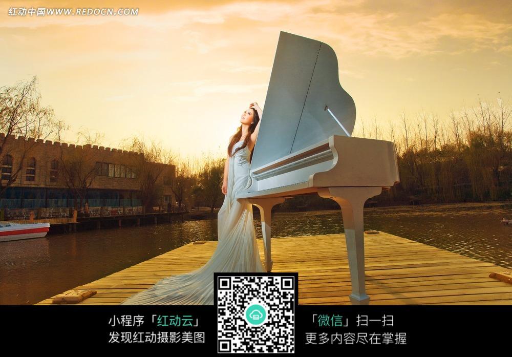 海边站在钢琴向上看的新娘图片