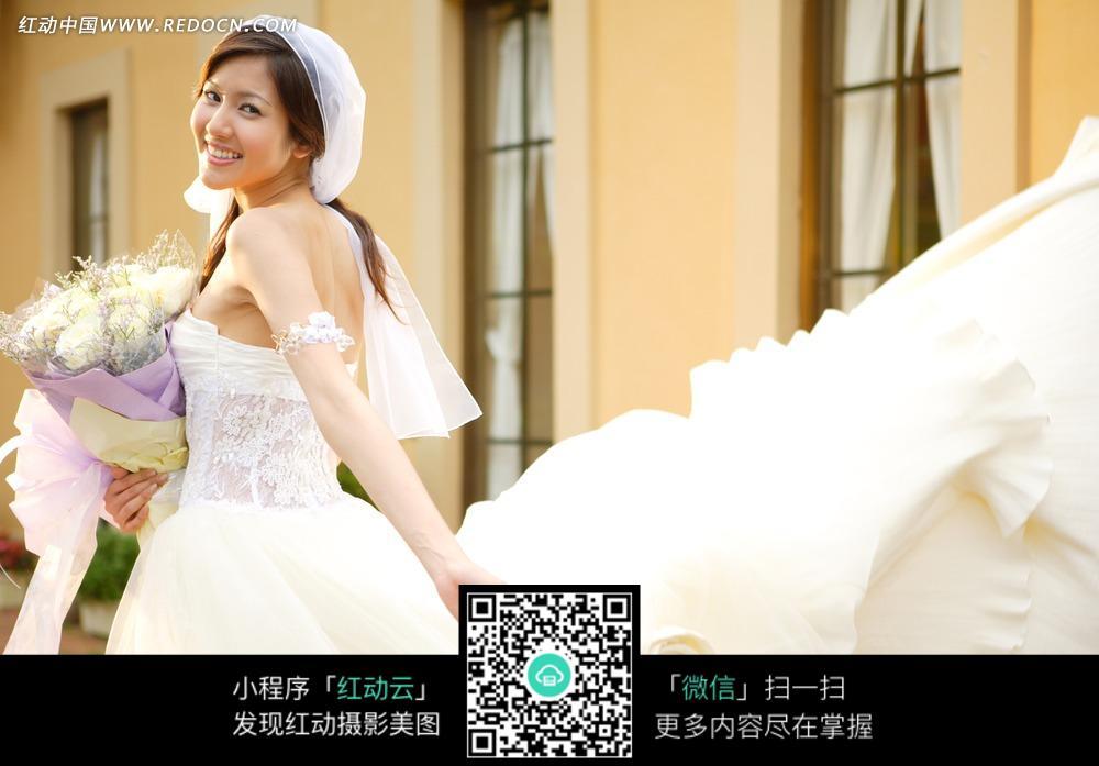 拿着白色花朵的婚纱美女图片