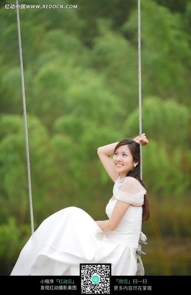 荡秋千的新娘图片_新人情侣图片