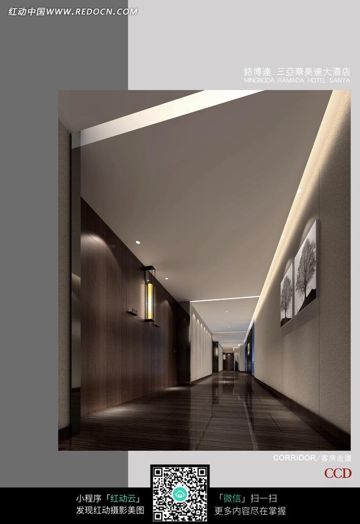黑色木地板走廊内墙壁上的装饰画