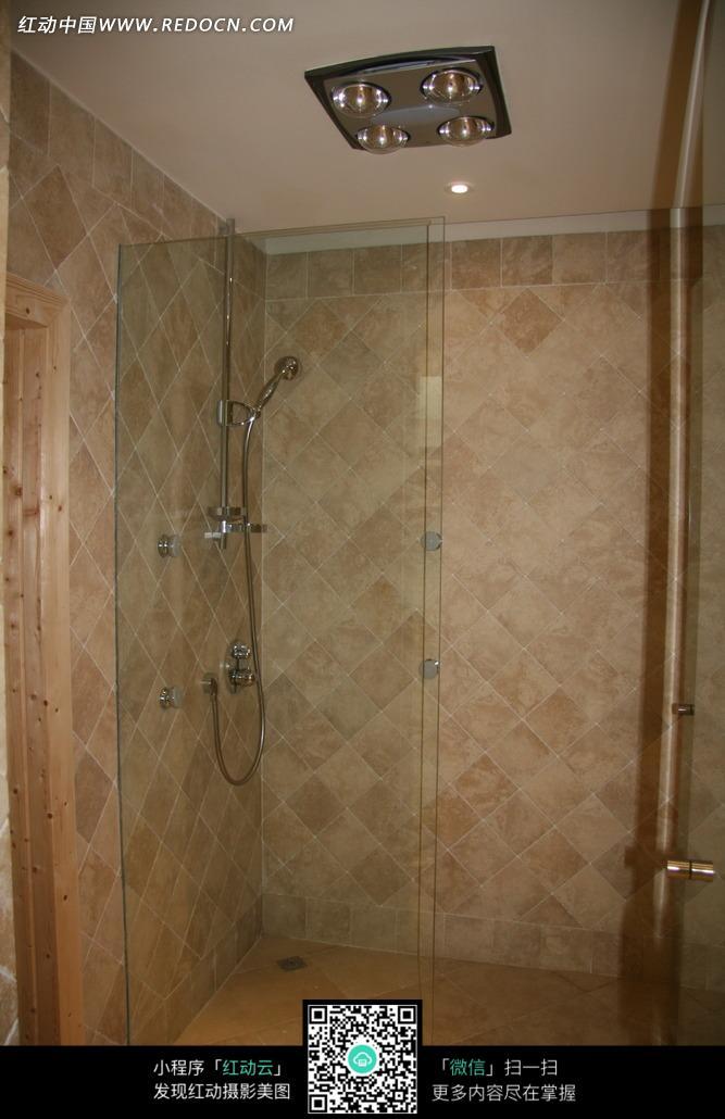 > 环境居住 > 室内设计 > 玻璃门浴室内的花洒图片