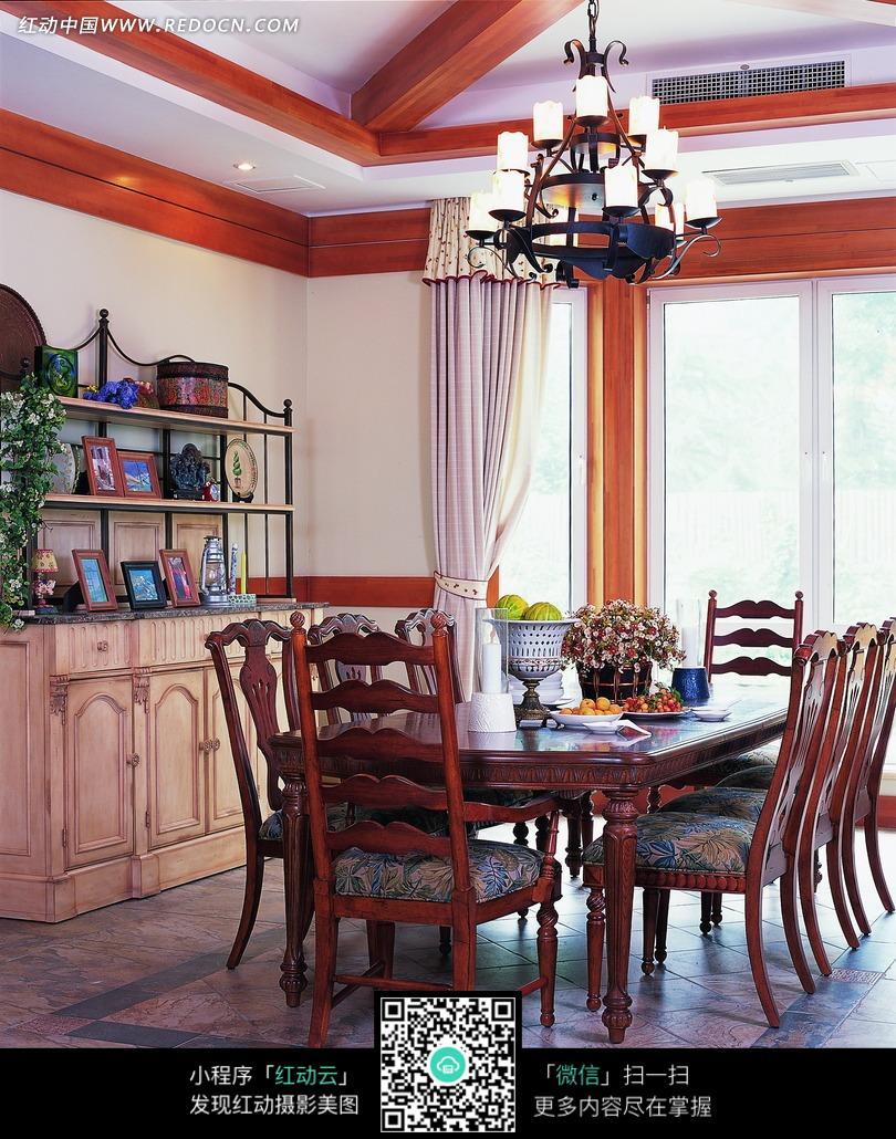 漂亮吊灯下摆放整齐的餐厅桌椅图片免费下载 编号2064861 红动网