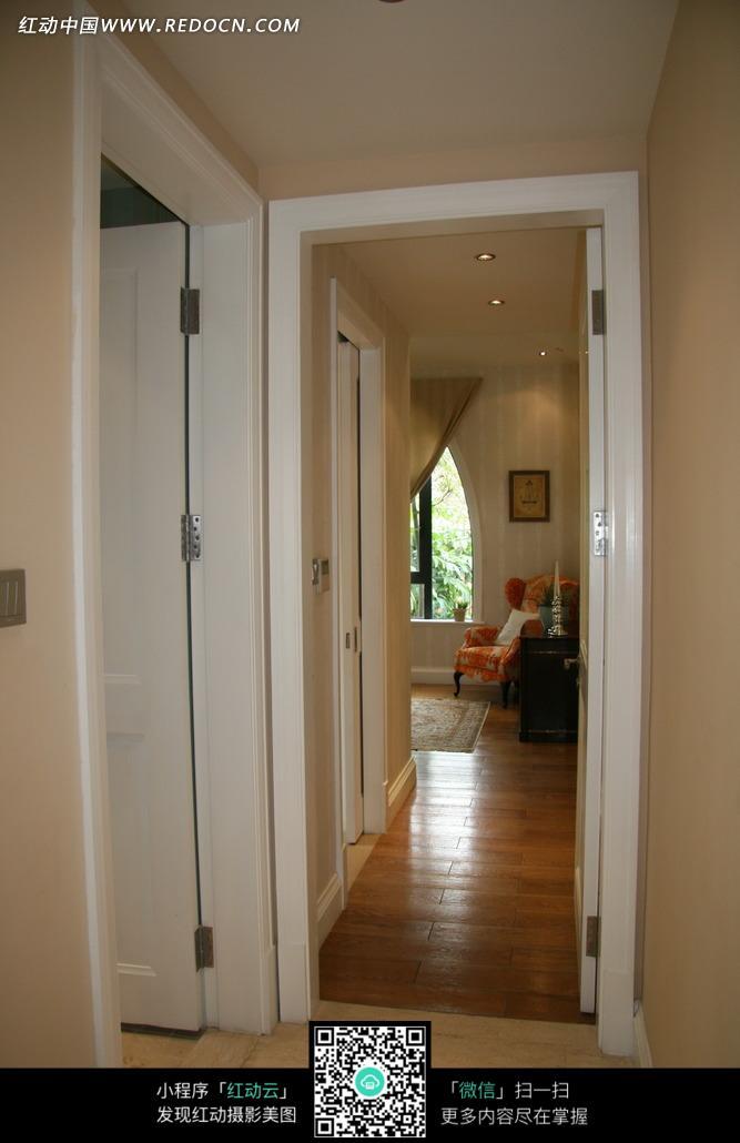 白色房门 走廊 长廊 木地板 室内设计 装饰设计 摄影图片