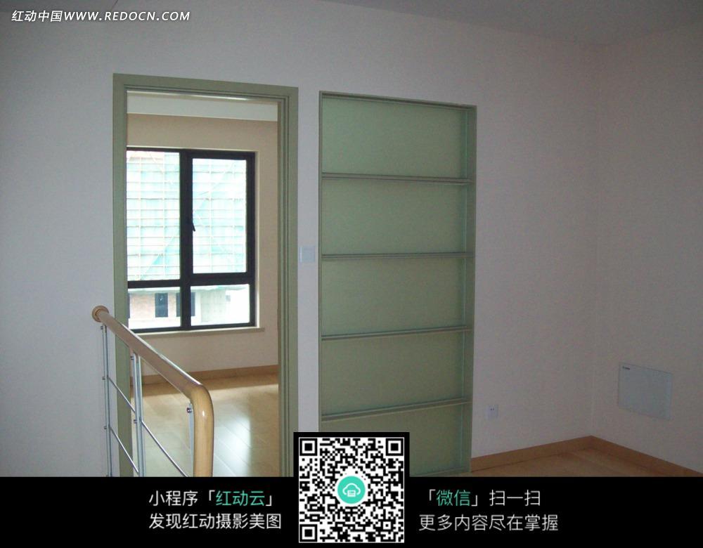 木栏杆旁的玻璃房门_室内设计图片
