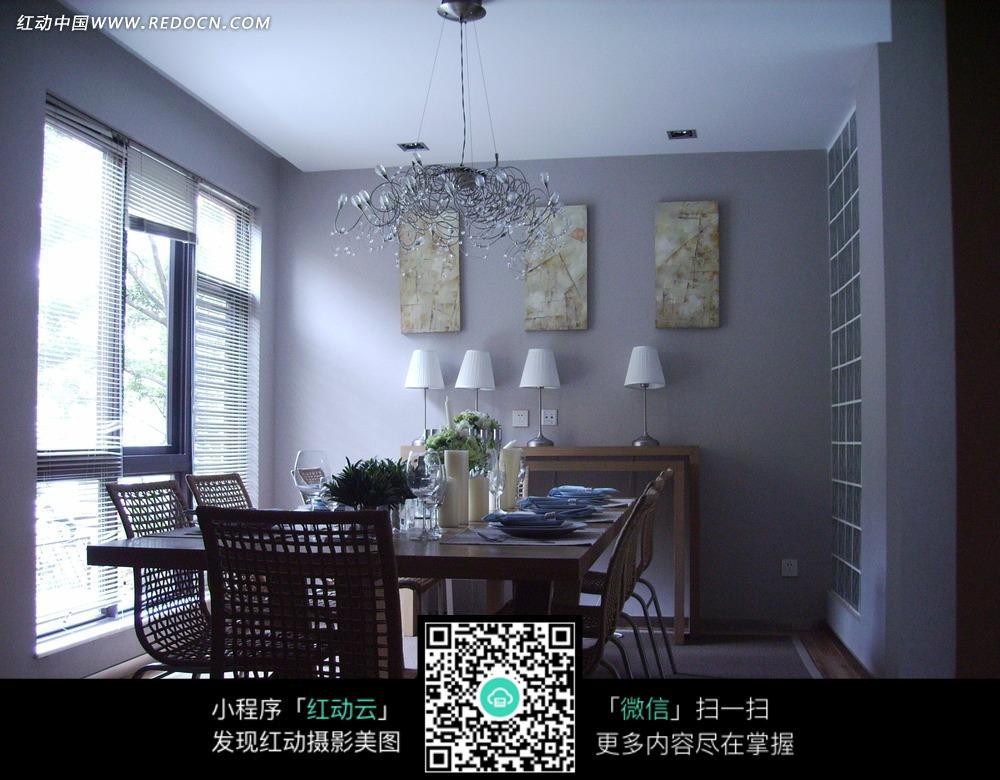 免费素材 图片素材 环境居住 室内设计 餐厅里餐桌上的杯子蜡烛和壁画