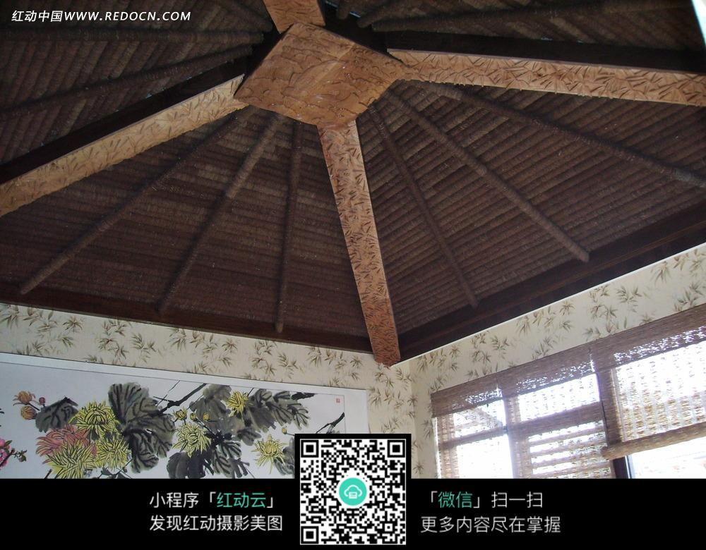 木结构房顶和墙上的壁画