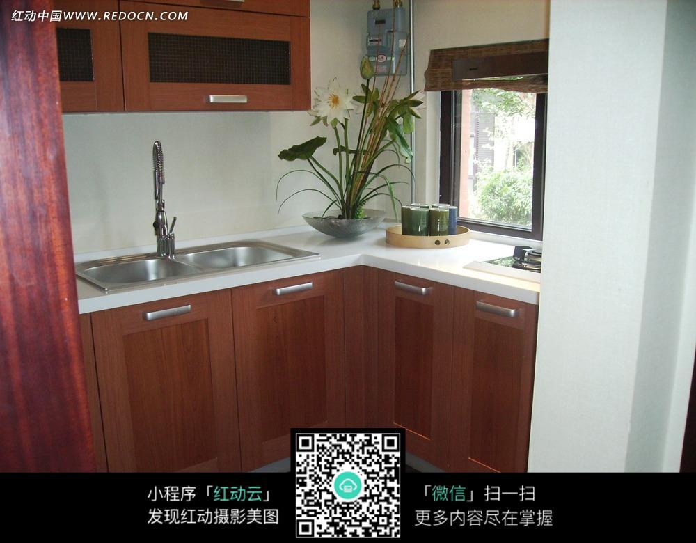 厨房一角的盆景和水龙头图片图片