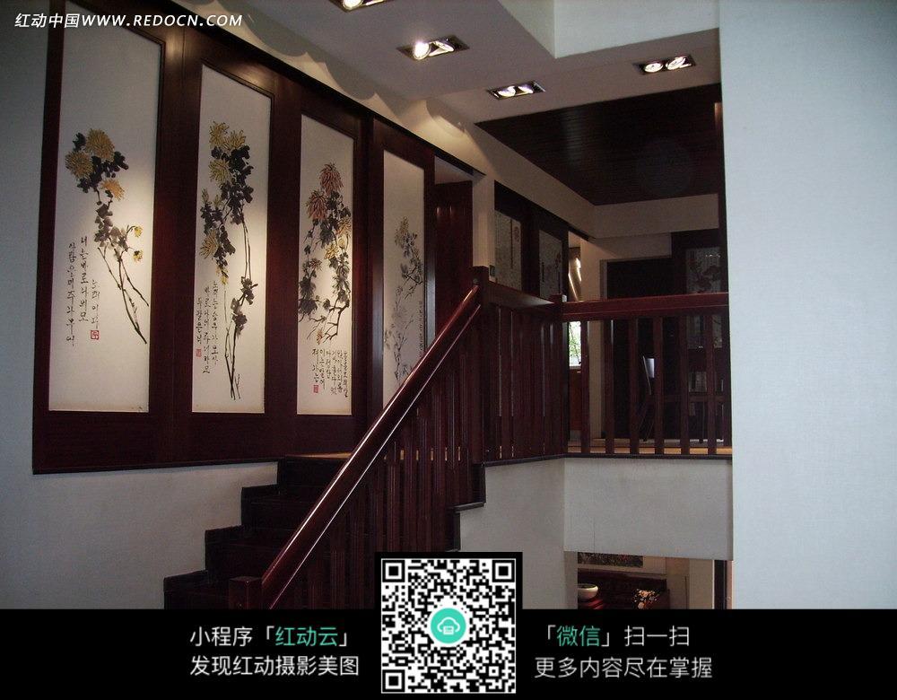 红色木质扶手楼梯旁墙壁上; 红色木质扶手楼梯旁墙壁上; 楼梯墙面装饰