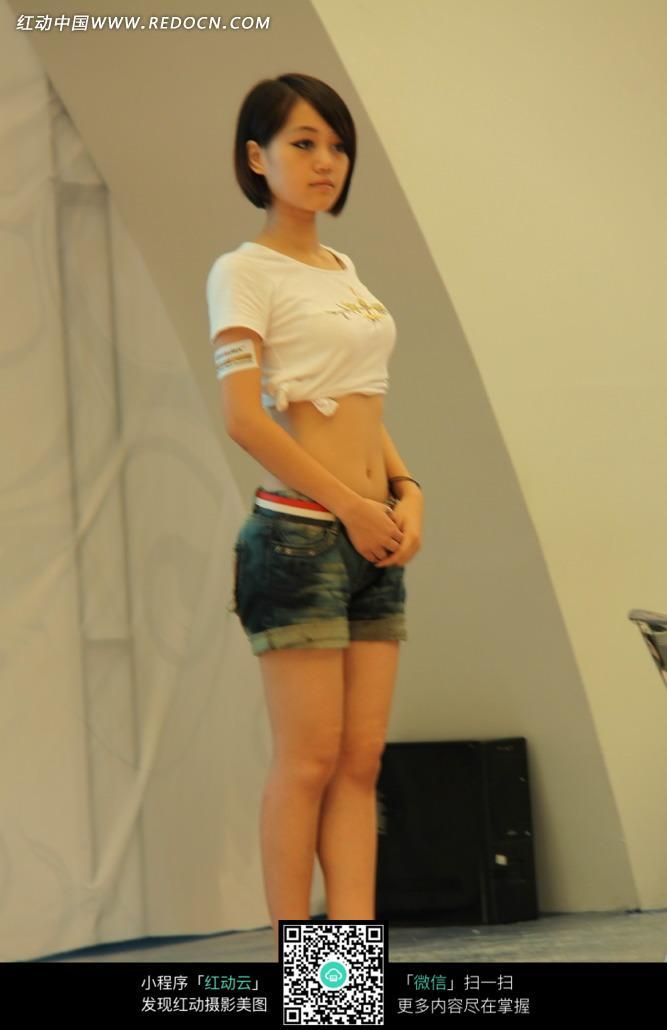 站立的短发美女图图片