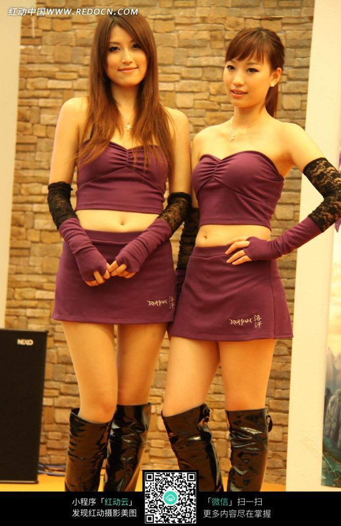 游戏展性感抹胸短裙的美女图片
