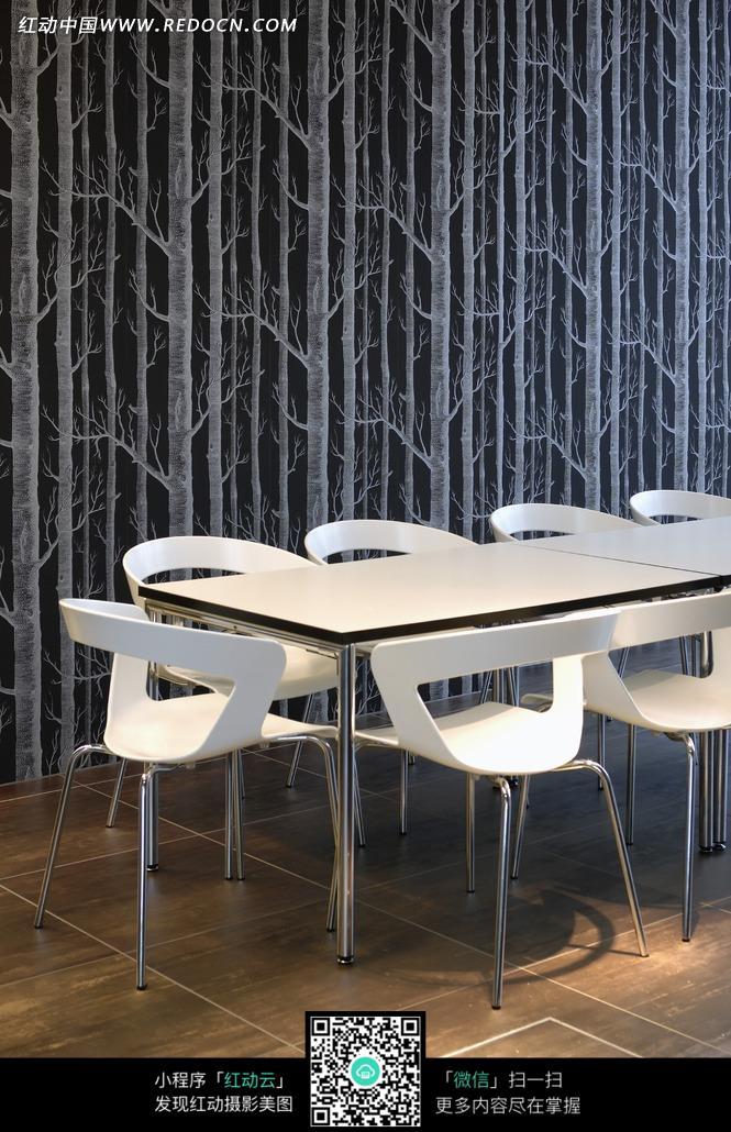 桌子  椅子 黑色墙壁 树木 植物 装饰设计 室内设计 摄影图片